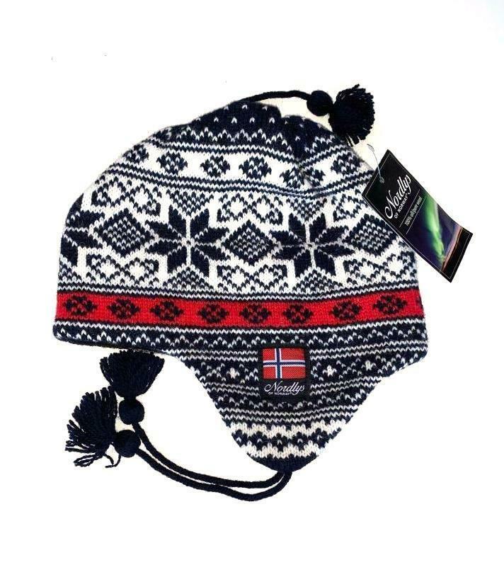 """Nordlys """"Mønstret"""" strikket ull lue med snor - blå og rød."""