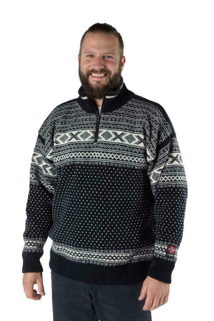 """Nordlys """"Setesdal"""" blå og hvit strikket genser for dame og herre."""